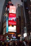 Foules et trafic de Times Square à la soirée Photographie stock libre de droits