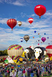 Foules observant le festival de ballon image stock