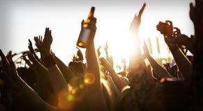 Foules s'amusant au festival de musique extérieur Photographie stock libre de droits