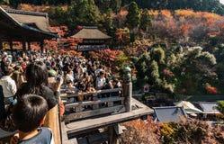 Foules sur la plate-forme en bois chez Kiyomizu-dera image libre de droits