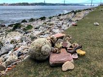 Found lavou acima dos seixos marinhos, das telhas portuguesas gastas velhas e do fóssil do sealife fotografia de stock royalty free