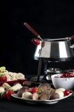 Foundue a fondu l'immersion de chocolat Image libre de droits