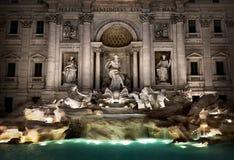 Fountain di Trevi en la noche imágenes de archivo libres de regalías