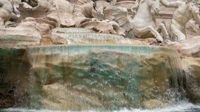 Fountain di Trevi en Roma, Italia Ciérrese para arriba, tiro del carro Cámara lenta almacen de metraje de vídeo