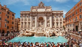 Free Fountain Di Trevi In Rome, Italy Surrounded With Tourists During Beautiful Sunny Day Royalty Free Stock Photos - 133962568