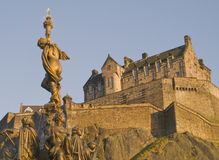 Fountain and Edinburgh Castle (Horizontal) Royalty Free Stock Photos