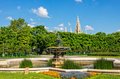 Fountain and pond in Volksgarten with Rathaus in background Stock Photos