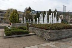Fountainin gradisce la molla naturale nel quadrato centrale di Pravets Fotografia Stock