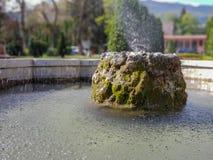 Fountaint da água no parque da cidade em Skopje foto de stock