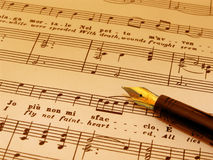 Fountian Feder auf Blattmusik (Sepia getont) lizenzfreie stockfotos