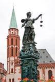 Fountine con la estatua de señora Justice en Francfort imagen de archivo libre de regalías