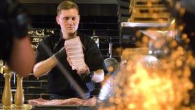 Four d'inflammation pour le barbecue, allumage de charbon clips vidéos