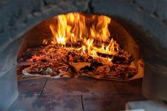 Four de pizza avec la flamme, le feu et les pizzas Photos libres de droits