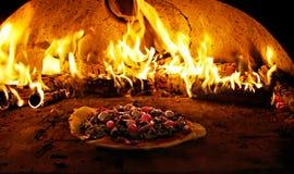 Four de pizza en flammes photographie stock