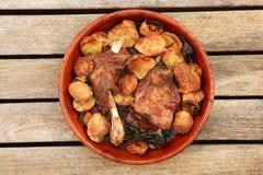 Four de rôti de viande d'agneau sur des pommes de terre de cocotte en terre d'argile Images libres de droits