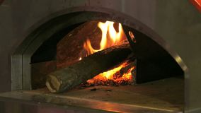 Four en bois pour la pizza Four en métal pour la pizza sur le bois banque de vidéos