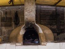 Four extérieur d'argile sous le toit dans la maison traditionnelle de village, Eskisehir, Turquie Photo libre de droits
