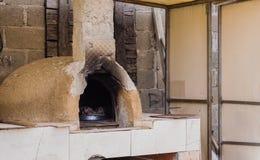 Four extérieur d'argile sous le toit dans la maison traditionnelle de village, Eskisehir, Turquie Photographie stock libre de droits