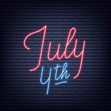 Four juli Neonteken van het van letters voorzien van embleem voor de viering van de de Onafhankelijkheidsdag van de V.S. Stock Afbeeldingen