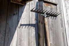 Fourche qui accroche sur un mur d'un vieux hangar en bois Photo libre de droits