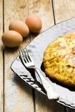 Fourchette argentée d'omelette et oeufs entiers Photo libre de droits