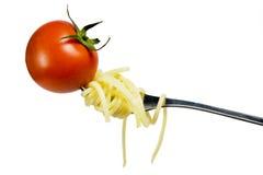 Fourchette avec la tomate et les spaghetti frais Images stock