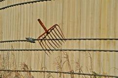 Fourchette cassée accrochant sur un vieux silo Images stock