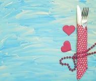 Fourchette, couteau, coeur, romance en bois bleu de fond de célébration de concept Photo libre de droits