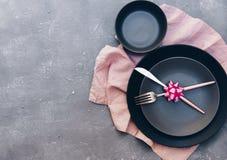 Fourchette, couteau, cuillère, argenterie avec le rose sur le fond rose pour l'approvisionnement Photos libres de droits