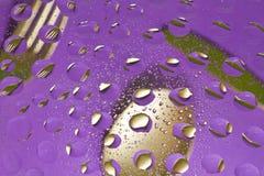 Fourchette, couteau et cuillère et réflexion d'or de baisses Photo libre de droits