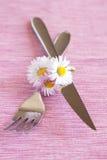 Fourchette, couteau et un petit bouquet des fleurs Images stock