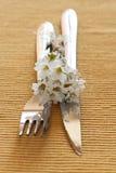 Fourchette, couteau et un petit bouquet des fleurs Image libre de droits