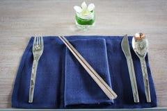 Fourchette, cuillère, couteau et baguettes Image stock