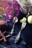 Fourchette de cuillère et de fruit à café de vintage Cannelle, café et macaronis sur la vieille table photographie stock libre de droits
