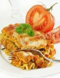 Fourchette de lasagne en tomate demi Photographie stock libre de droits