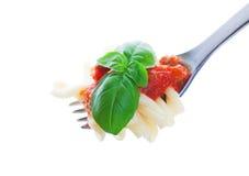Fourchette de pâtes avec le basilic Image libre de droits