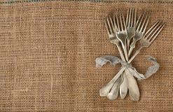 Fourchette de vintage attachée avec un ruban Image stock