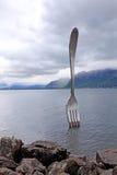 Fourchette en acier géante dans l'eau du lac geneva, Vevey, Suisse Photo libre de droits