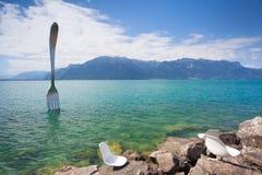 Fourchette en acier géante dans l'eau du lac geneva, Vevey, Suisse Photos libres de droits