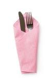 Fourchette et couteau dans la serviette d'isolement sur le blanc, chemin de coupure Images stock