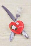 Fourchette et couteau de Flatwares avec un coeur rouge Image stock