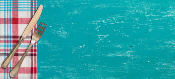 Fourchette et couteau sur la serviette sur le bois de turquoise Photos libres de droits