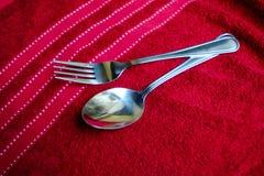 fourchette et cuillère sur la serviette rouge photo libre de droits