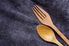 Fourchette et cuillère sur le tissu Image libre de droits