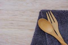 Fourchette et cuillère sur le tissu et en bois Images libres de droits