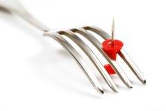 Fourchette et punaise rouge Photo libre de droits