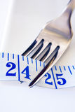 Fourchette et ruban métrique montrant 24 pouces Photos stock