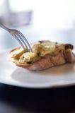 Fourchette sur des champignons de bruschette Image stock