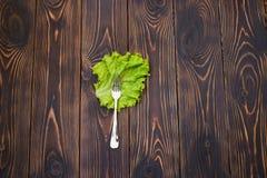Fourchette sur la feuille de salade Photo stock