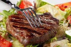Fourchette sur un bifteck grillé photographie stock